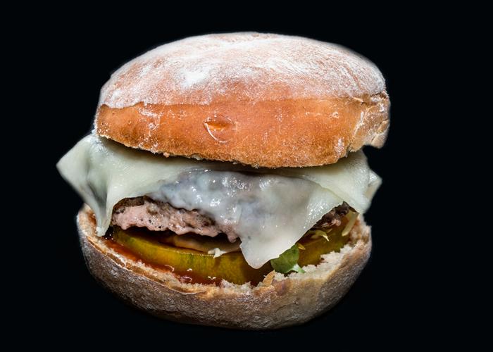 Hamburguesa bien con queso tierno manchego y vinos envejecidos en barrica de La Mancha