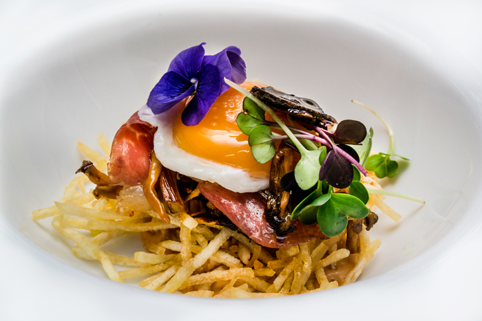 Huevo con patata, jamón y trufa maridados con vinos crianza de La Mancha
