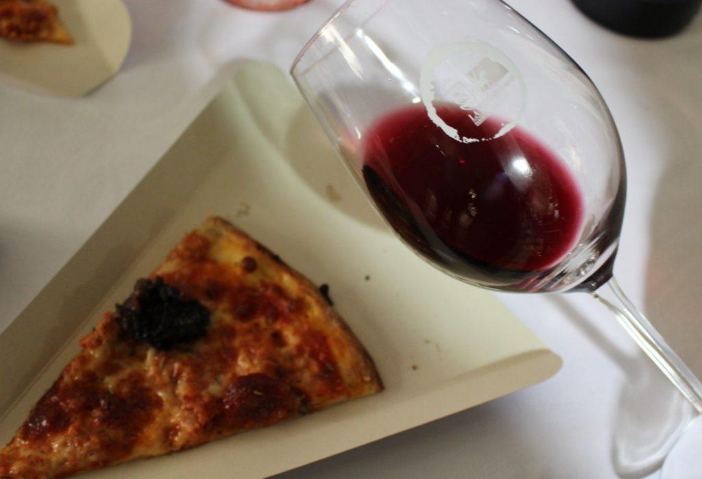 las-conocidas-pizzas-de-marquinetti-junto-a-los-tintos-do-la-mancha