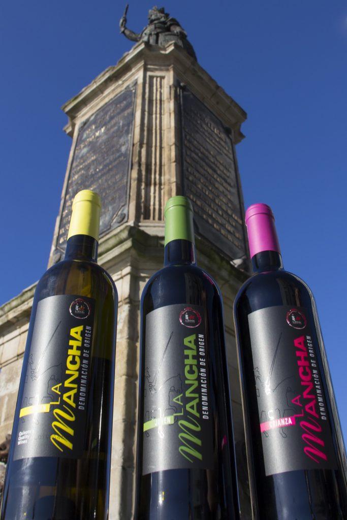 Los vinos DO La Mancha junto a la estatura de Don Pelayo, en Gijón