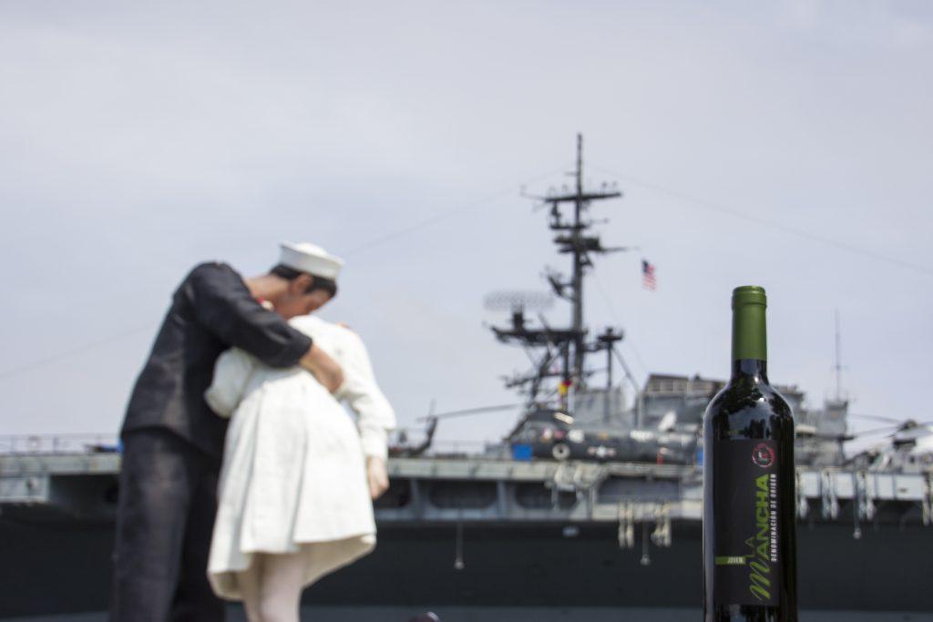 Una botella de vino DO La Mancha frente al mítico USS Midway