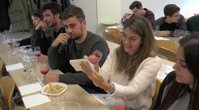 Bromeando en la Universidad mientras degustan un vino DO La Mancha