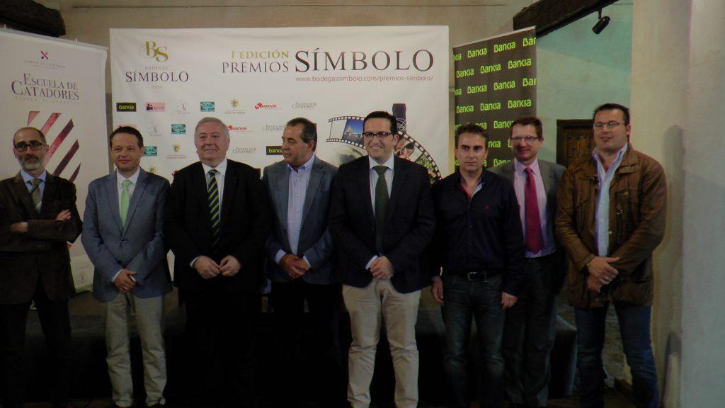 Representantes de Bodegas Sïmbolo junto al Alcalde de Campo de Criptana