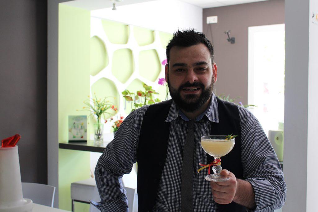 el-sumiller-victor-martin-con-un-coctel-tropical DO La Mancha