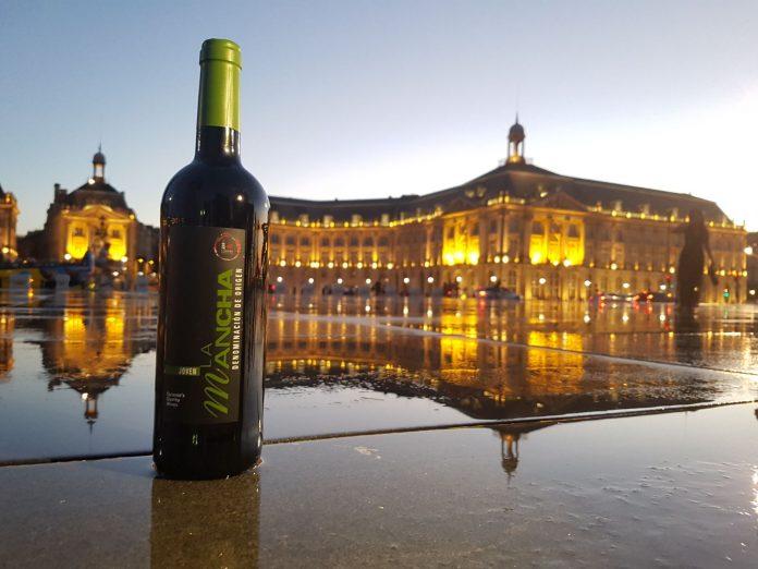 Los vinos DO La Mancha frente al Espejo del agua en Burdeos
