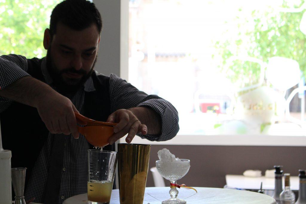 Víctor Martin elborando el cóctel