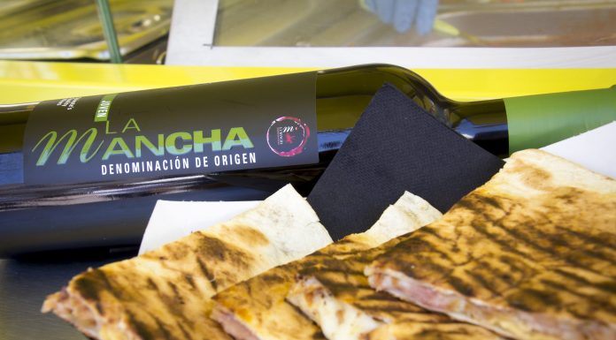 Tinto DO La Mancha y quesadillas en un Food truck
