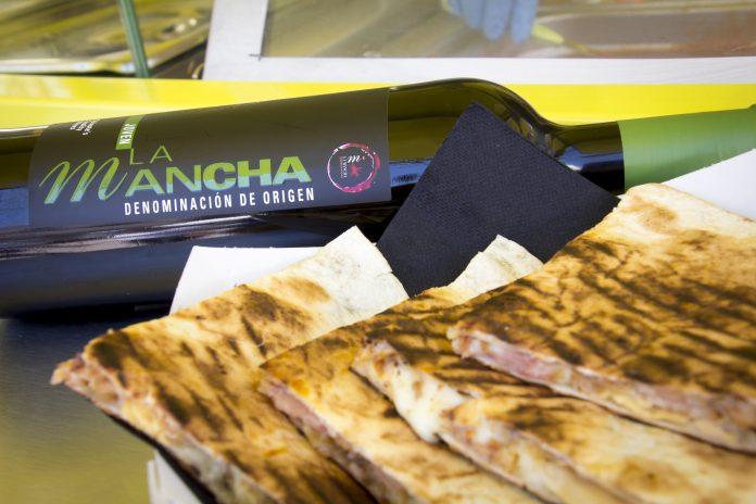 Tinto DO La Mancha y quesadillas en un Food truck