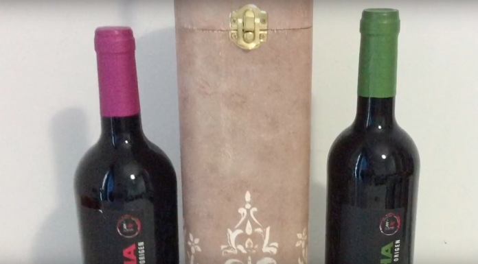 Caja de botella de vino decorada con relieve