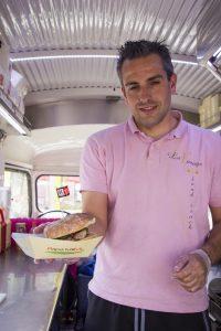 Jon idirin con la hamburguesa food truck