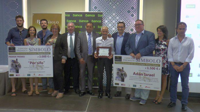 Foto de familia de los Premiados por Bodegas Símbolo