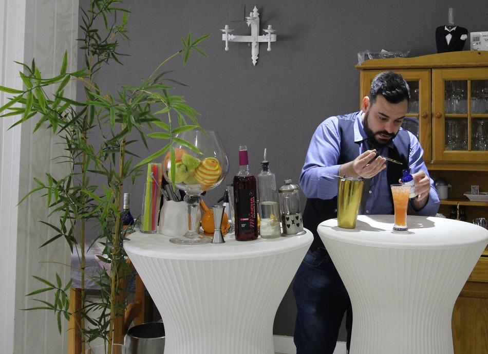 Victor Martín preparando el puerth rose con rosado tempranillo DO La Mancha