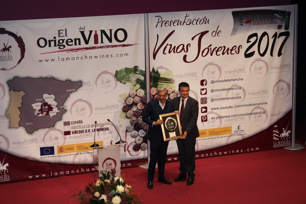 imanol-arias-recoge-el-premio-de-manos-del-consejero-de-agricultura