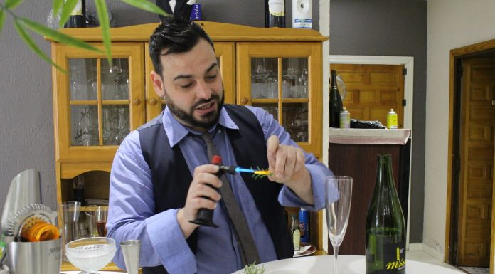 uemar ligeramente una ramita de romero para aromatizar despúes el cristal de la copa