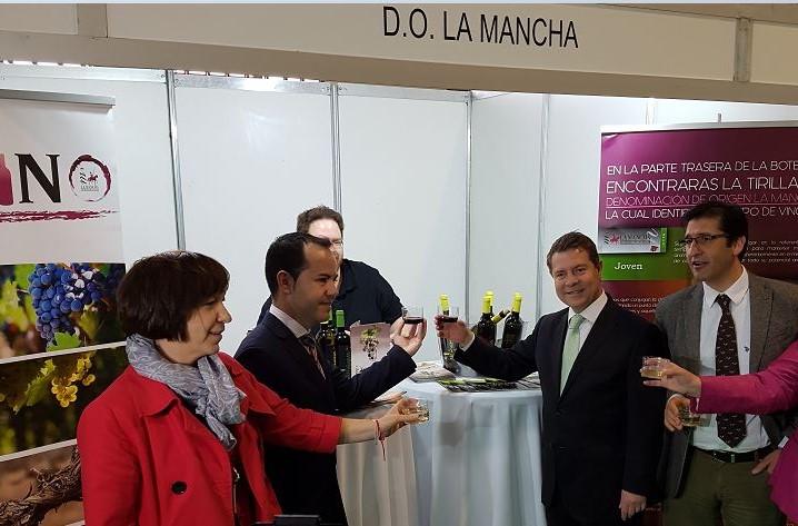Autoridades políticas brindaron con un vino DO La Mancha en su visita al stand