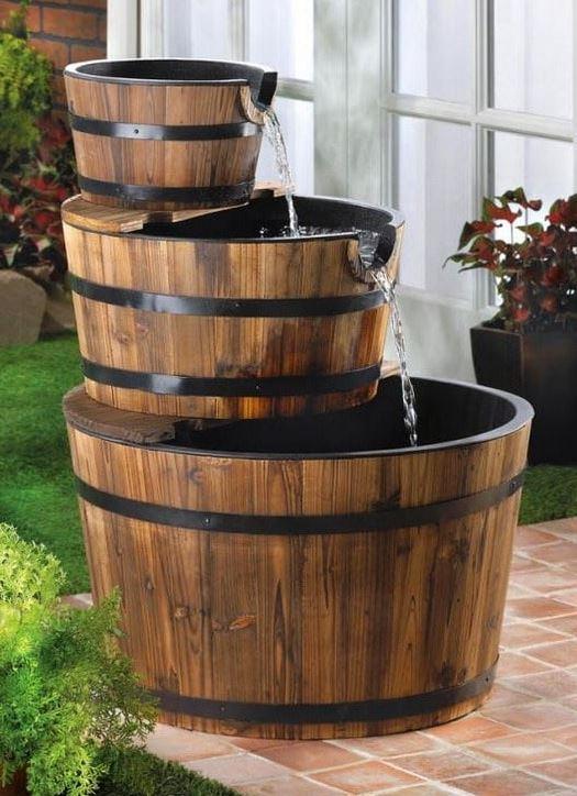 Fuente de agua con barricas y barriles