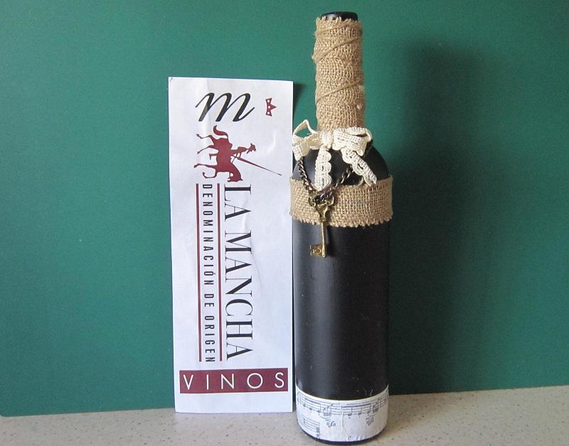Reciclar una botella de vino de La Mancha con pintura de tiza yute y decoupage