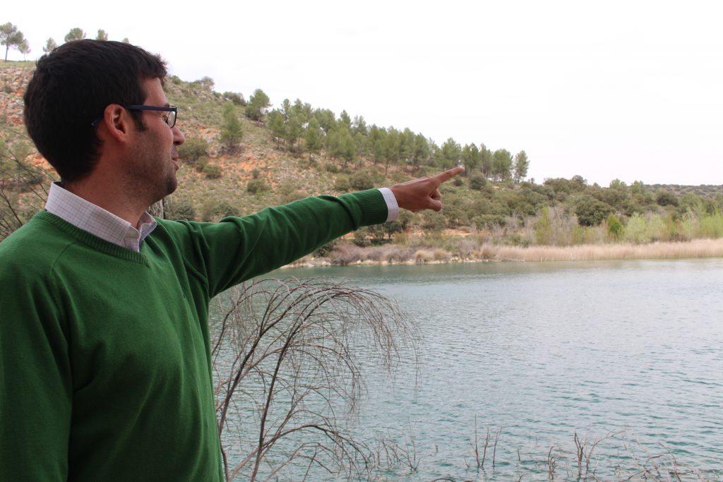 El director del Parque Natural de Ruidera frente a la laguna batana