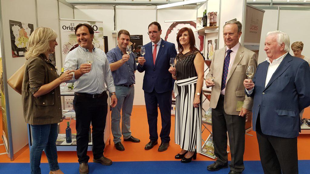Diputación provincia de Cuenca y Ayuntamientos de San Clemente y Honrubia brindan con los vinos DO La Mancha