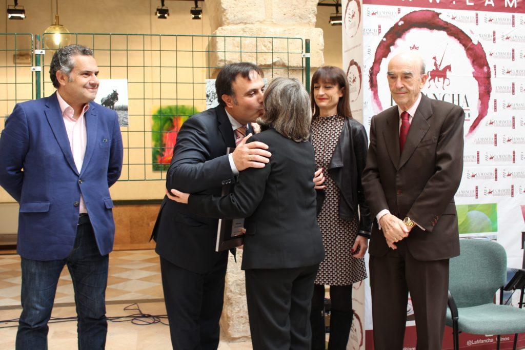 Dolores Mazuecos, Premio Amiga del Vino, felicitada por el Pte del Consejo Regulador (2)