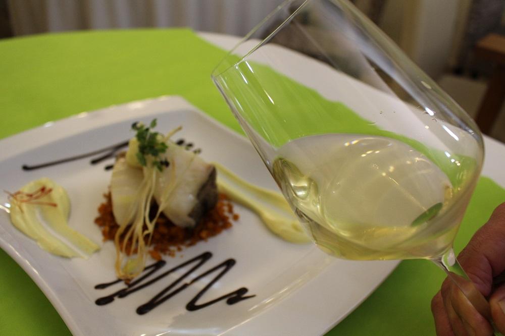 El maridaje con vino blanco macabeo o viura de La Mancha