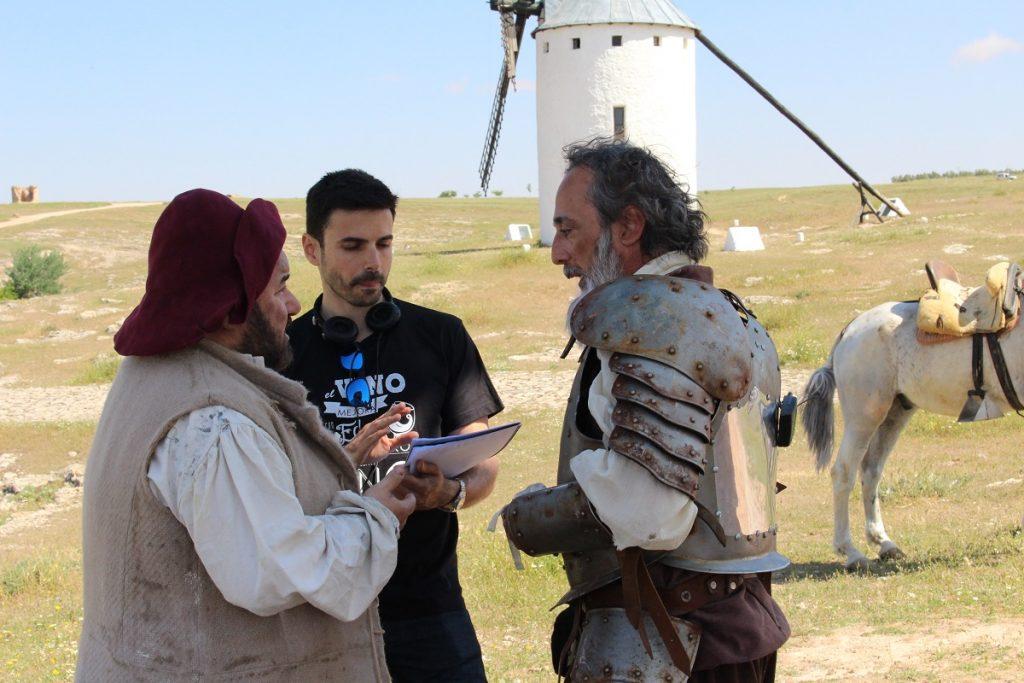Hugo de la Riva repasa el guión durante el rodaje