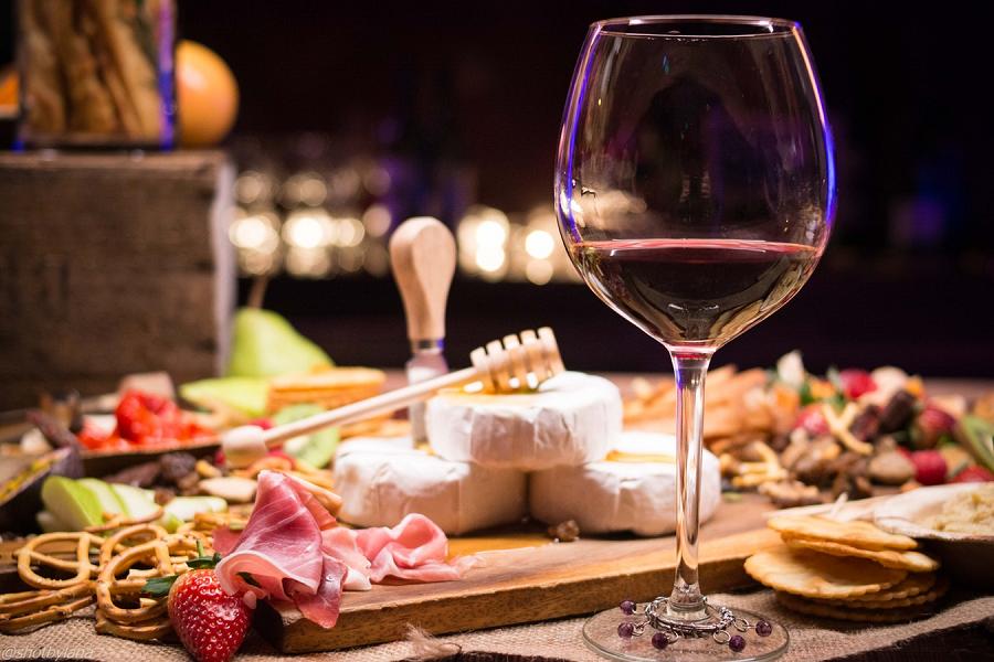 consumir vino tinto favorece el bronceado