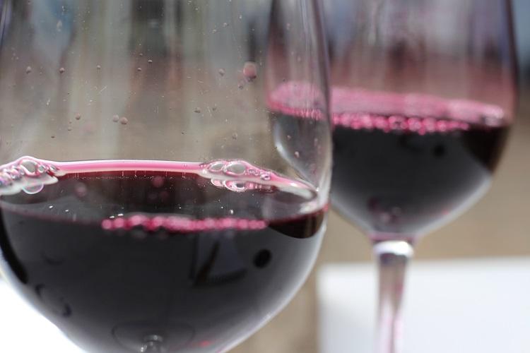 El color violáceo define al diario de un vino tinto joven