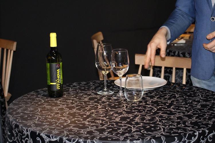 a quien servir el vino primero