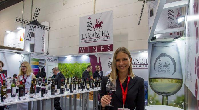 Azafata en el stand de los vinos DO La Mancha en Prowein