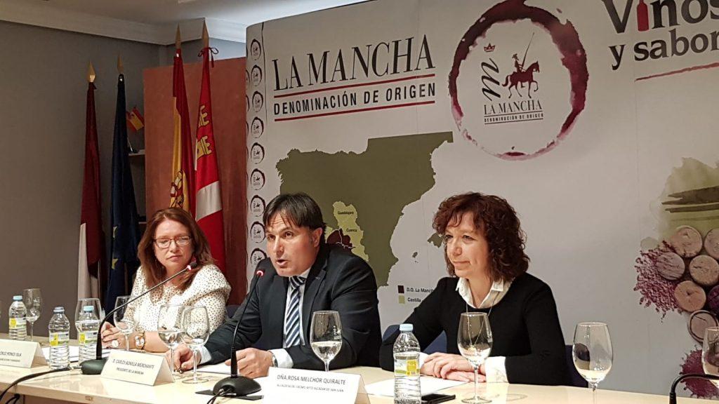 Mesa presidencial con autoridades municipales y autonómicas