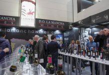Visitantes degustan los vinos DO La Mancha en la última edición de ProWein