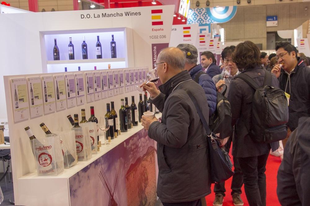 El público japonés se intesesa por los vinos DO La Mancha en FOODEX 2018