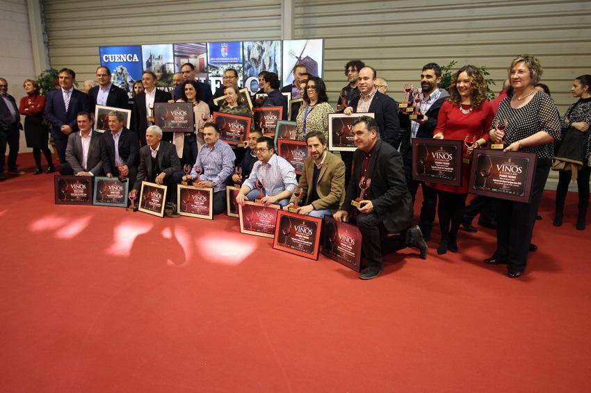 Foto de familia de las bodegas ganadoras en los Premios Vinos de Cuenca en 2019