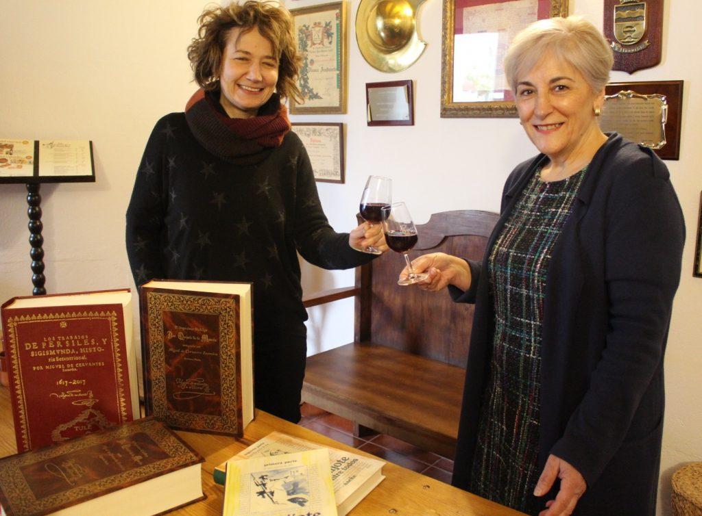 Rachele Lo Piano (izquierda) e Isabel Fernández (derecha) brindan con un tinto