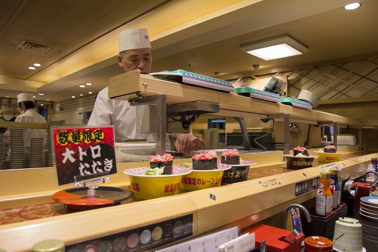 Un cocinero japonés prepara distintos tipos de sushi