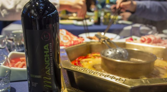 Un vino DO La Mancha junto a un hot pot