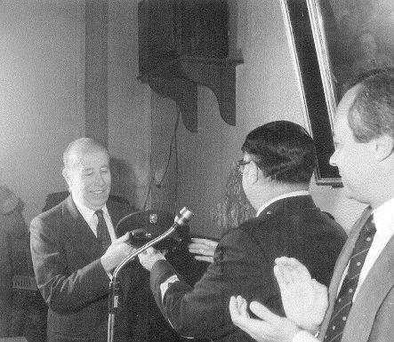 García Pavón recibe un homenaje de la Policía por su personaje Plinio. Año 1981