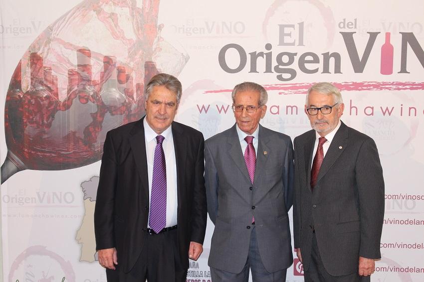 Bahamontes, en 2016, Premio Gran Reserva junto al Presidente DO La Mancha, Gregorio Martín Zarco y el el representante de Cruz Roja en Toledo