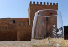 Un blanco DO La Mancha frente a las murallas de Peñarroya
