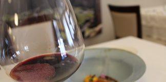 Sardina ahumada con verduras de la huerta y tinto merlot