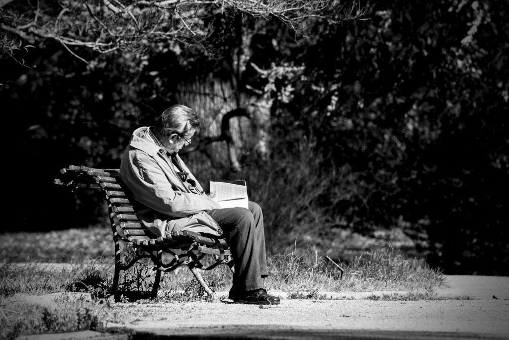 Un lector en un banco de la Casa de Campo