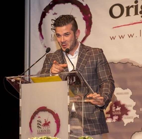 El talaverano Carlos Maldonado con los vinos DO La Mancha en un show de cocina