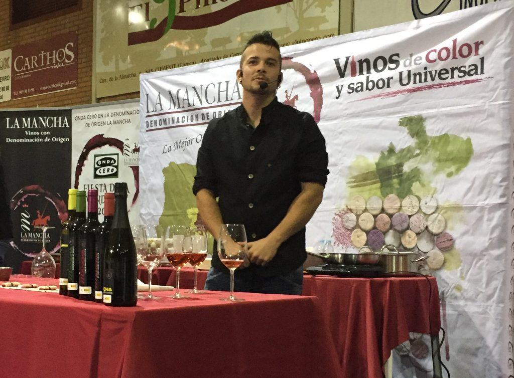 Carlos Maldonado junto a los vinos de La Mancha