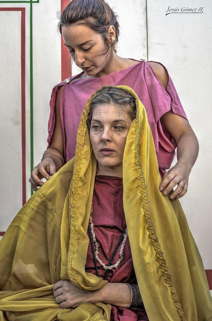 Dos jóvenes de Alhambra caracterizadas con el vestuario patricio. Foto Jesús Gómez