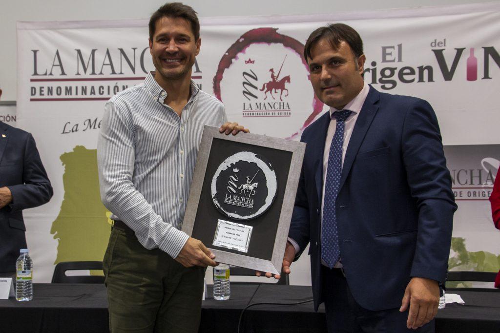 El Presidente del Consejo Reguladoe entrega el galardón a Jaime Cantizano, Amigo del vino