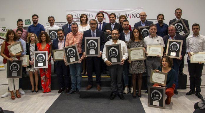Foto de familia de los ganadores de los Premios Vino y Cultura 2019