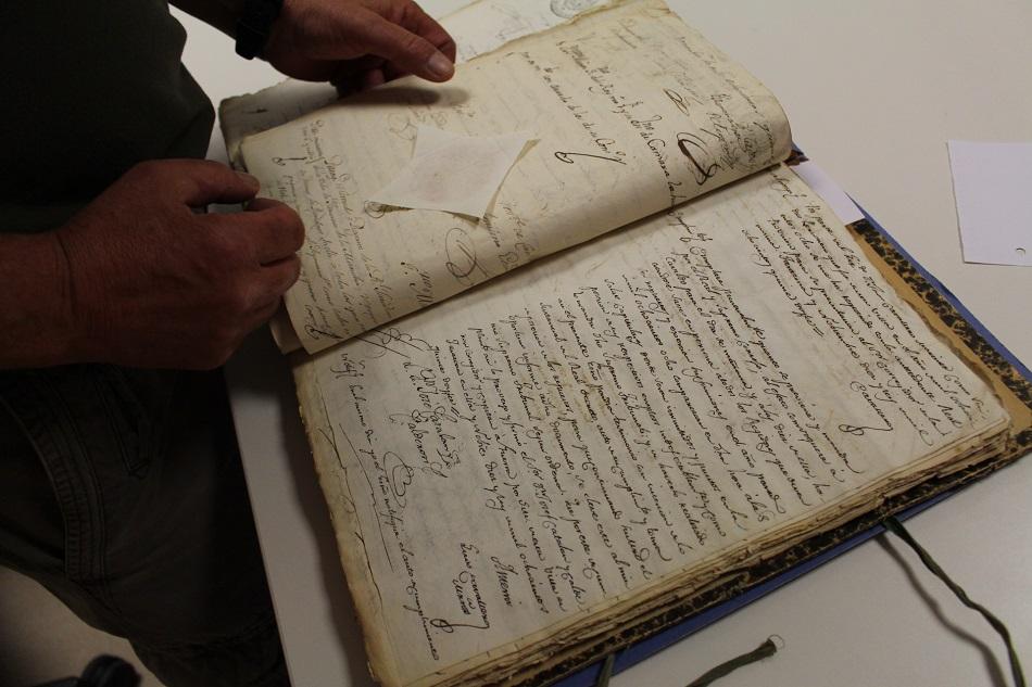 Miguel Ángel Mozo, archivero en Tarazona de La Mancha con un documento del siglo XIX