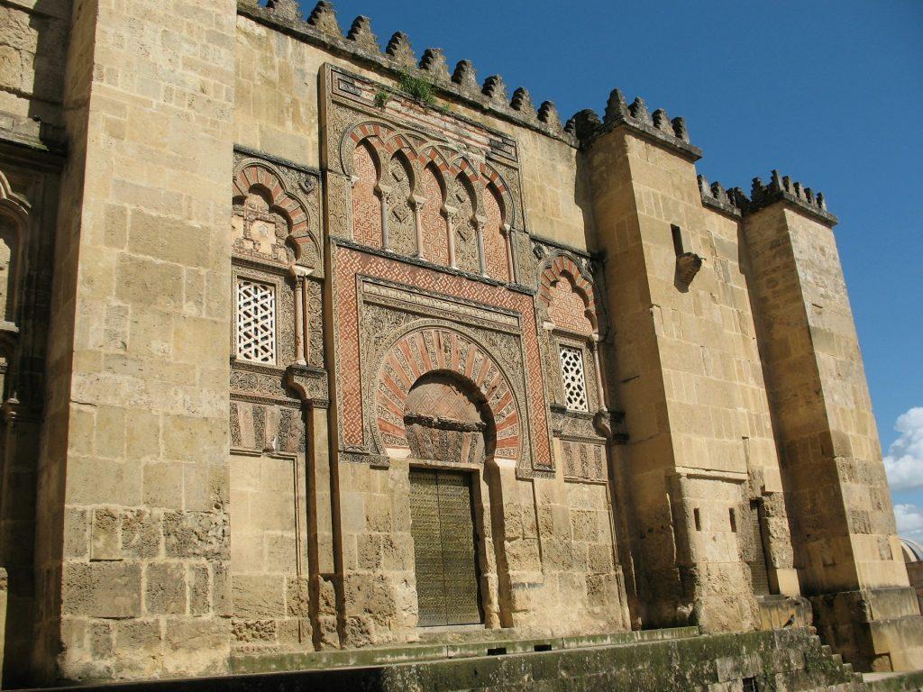 Puerta lateral de la mezquita de Córdoba, símbolo del esplendor cultural de Al-Andalus
