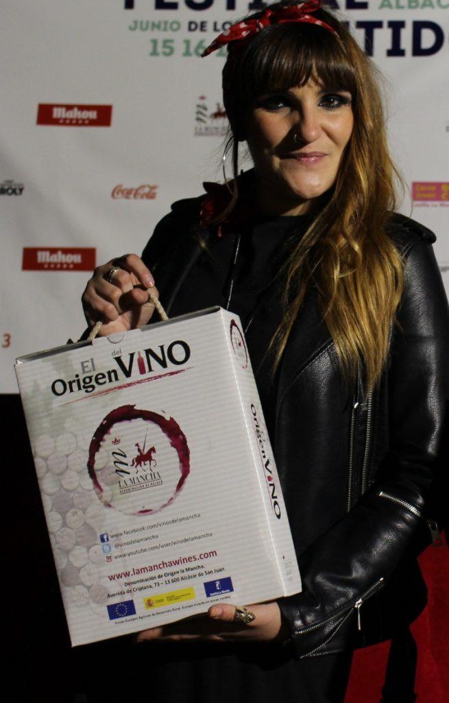Rozalén posa con un estuche de vinos DO La Mancha en el Festival de los Sentidos 2018